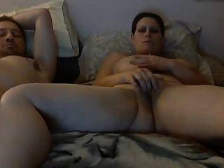 tits saggy mujer juega con el coño al lado de guy