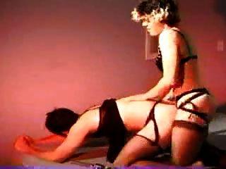 mujer utiliza la correa en el hombre duro tornillo pareja