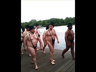 hombres mayores en trajes de baño de tanga