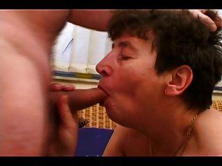 caliente abuela obtiene una polla dura en su coño peludo