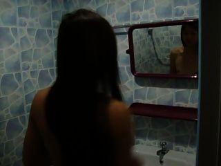 mi novia hermosa ladyboy está tomando una ducha