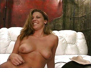 después de una ducha, un rubio caliente con los tits agradables monta el sybian