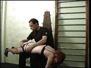 puta linda en lencería negra y medias de nylon, azotado por su maestro