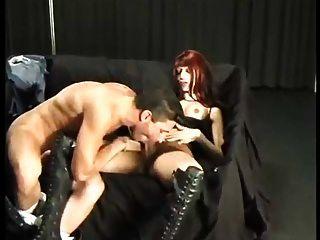 la muchacha redhead booted consigue servida