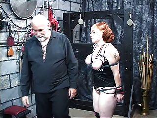 una gruesa puta de cabeza roja se pone bonita sus tetas apretadas