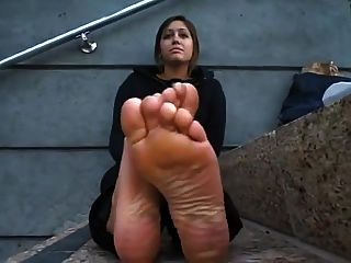 sucios pies sucios de los pisos negros