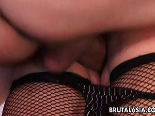 asiática puta en un trío anal
