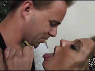 mujer teniendo sexo anal con negro delante de cornudo