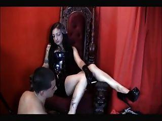 adorar a la señora del pie sucio y utilizado como cenicero
