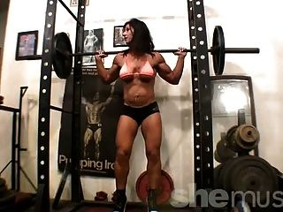 bodybuilder caliente de trabajo en el gimnasio