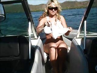 alison en un barco mostrar sus tetas