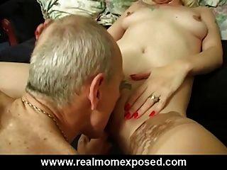 sexy rubia milf louise casera golpeando