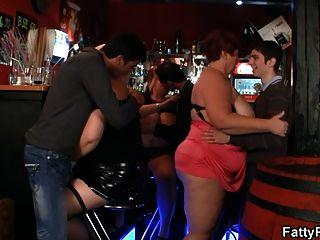 tres pollos gordos se divierten en el bar
