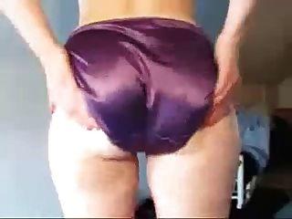 culo de una chica mía en bragas de raso púrpura