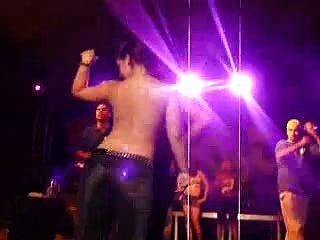 caliente latinos bailan desnuda en camiseta mojada concurso