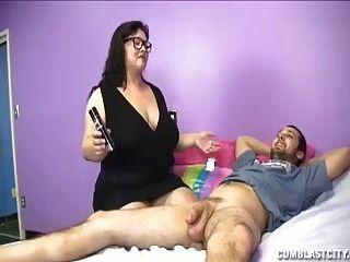 milf de gran tamaño sacudiendo a sus hijas novio