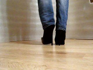 caminar en los zapatos de tacón alto
