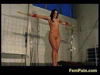 dos cautivos castigados como esclavos