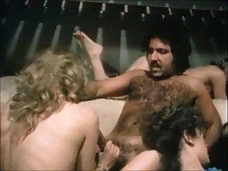 ron jeremy golpea a los polluelos de la prisión