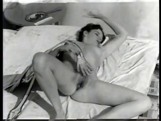 desnudo vintage con un esqueleto