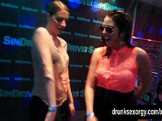 lesbianas de fiesta que bailan eróticamente en orgía sexual