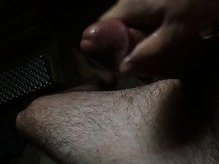echando sobre mi pierna