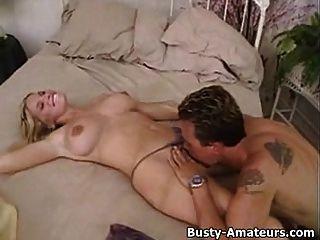 busty amateur mary en foreplay caliente en la cama