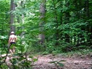 paseo desnudo en el bosque