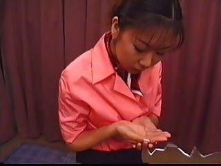 japanese recibe una carga en su boca y la escupe en su mano