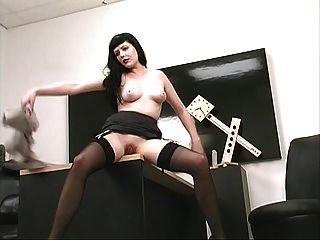 chica caliente con tetas sexy se caliente en la oficina con su coño