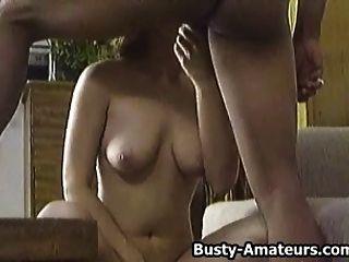 busty brunette sarah obtener apisonado en el sofá