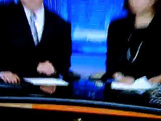 reportero mostrando pies sexy y tacones altos (sin sonido)