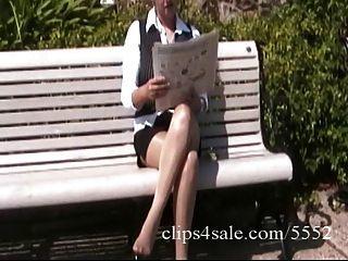 sexy latina secretaria muestra sus piernas sexy en pantyhose