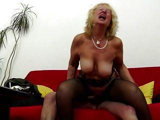 abuela obtiene polla en su vieja vagina