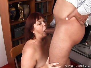 Super sexy busty viejo spunker da una mamada descuidada
