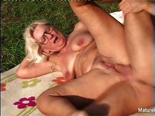 rubia abuela obtiene algunos semen en sus gafas