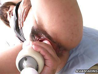 examen médico áspero de su coño mojado