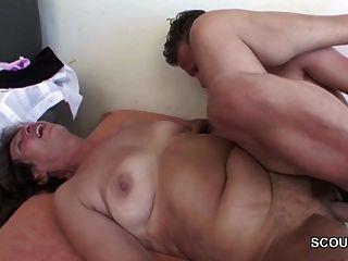 joven seducir a la abuela para obtener la primera mierda y joder su culo