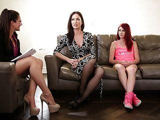 terapeuta familiar juega con mamá y hijastra
