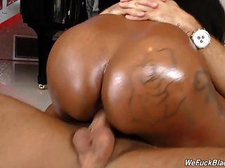 chica negra rachel raxxx con enormes juggs toma polla blanca
