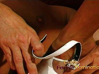 enfermera tetona folla a su paciente rizado con una correa gigante en
