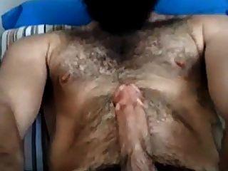 guapo hombre barbudo acariciando su polla grande