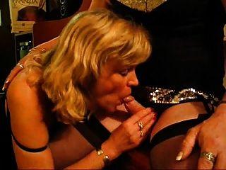 mamada aficionada para un crossdresser caliente