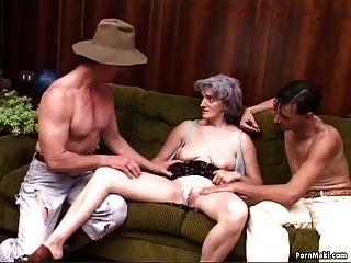 abuelita doble penetración