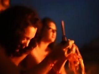 el brasileño madura meando alrededor del fuego!