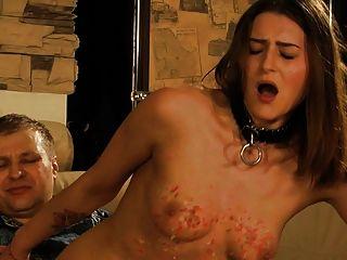 chica bonita obtiene tetas batiendo mientras hace mamada.