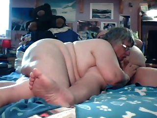 abuelo y abuelo jugar en la cámara