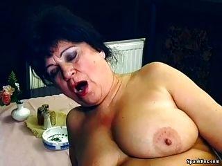 sexy abuela se follan en el restaurante