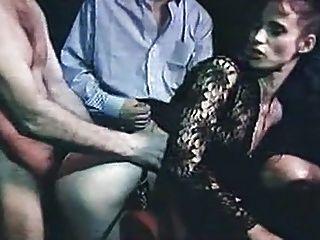 mujer engañando en el cine para adultos