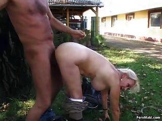 abuelita se folla en el patio trasero